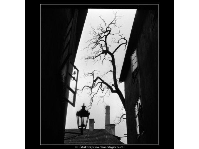 Z uličky poblíž Betlémské kaple (722), Praha 1959 říjen, černobílý obraz, stará fotografie, prodej