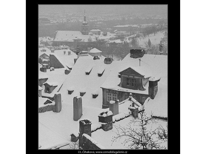 Zasněžené malostranské střechy (3525-3), Praha 1965 březen, černobílý obraz, stará fotografie, prodej