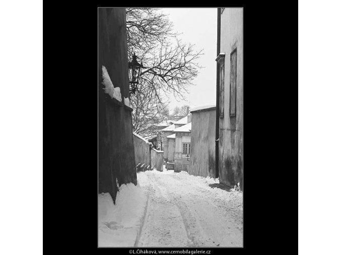 Sníh v uličce (3529), žánry - Praha 1965 březen, černobílý obraz, stará fotografie, prodej