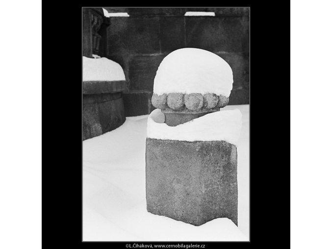 Zasněžený patník (3534), Praha 1965 březen, černobílý obraz, stará fotografie, prodej