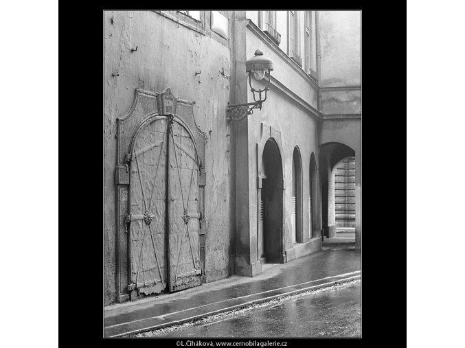 Staré dveře obchodu (3578), Praha 1965 březen, černobílý obraz, stará fotografie, prodej