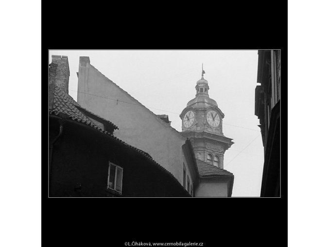 Pohled na střechy, domy a okna (3584-2), Praha 1965 březen, černobílý obraz, stará fotografie, prodej