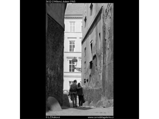 Milenci (3612-2), žánry - Praha 1965 duben, černobílý obraz, stará fotografie, prodej