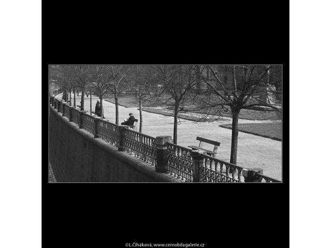 Na lavičce (3633), žánry - Praha 1965 duben, černobílý obraz, stará fotografie, prodej