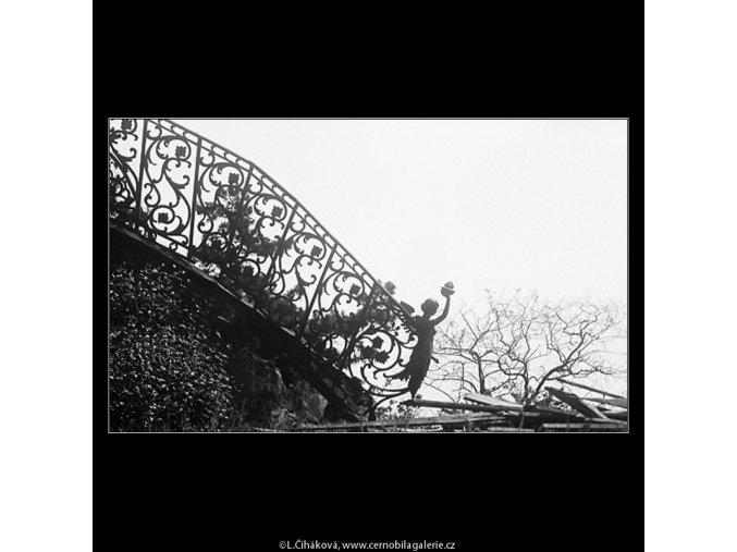 Zničené zábradlí (3693), Praha 1965 květen, černobílý obraz, stará fotografie, prodej