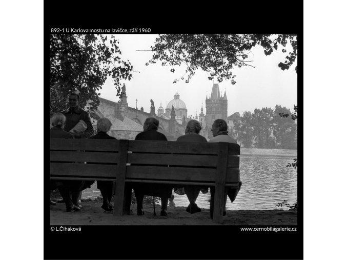 U Karlova mostu na lavičce (892-1), Praha 1960 září, černobílý obraz, stará fotografie, prodej