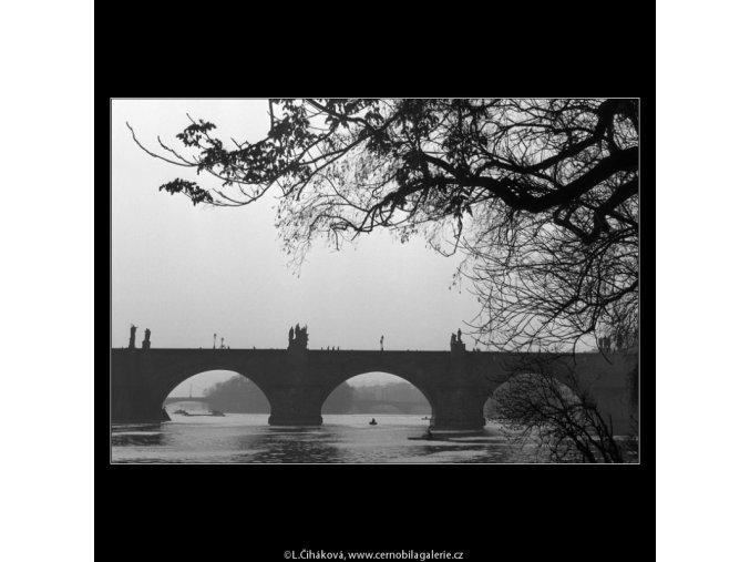 Karlův most od vody (1088-1), Praha 1961 březen, černobílý obraz, stará fotografie, prodej