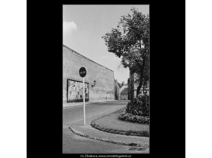 Zeď a ulice (3881-3), Praha 1965 srpen, černobílý obraz, stará fotografie, prodej