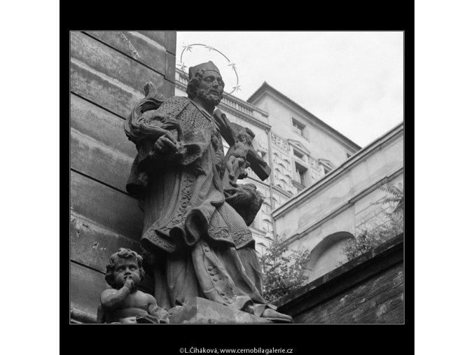 Socha svatého (3902-2), Praha 1965 srpen, černobílý obraz, stará fotografie, prodej
