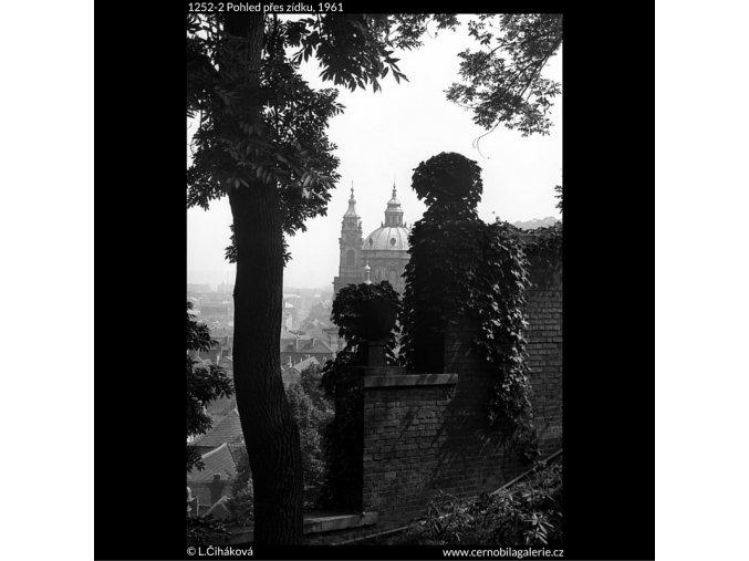Pohled přes zídku (1252-2), Praha 1961 , černobílý obraz, stará fotografie, prodej