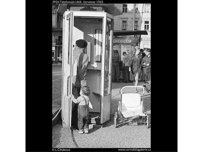 Telefonující dítě (3926), žánry - Praha 1965 červenec, černobílý obraz, stará fotografie, prodej