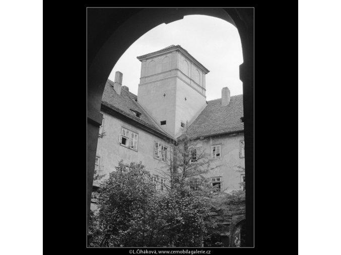 Ze dvora (3980-1), Praha 1965 září, černobílý obraz, stará fotografie, prodej