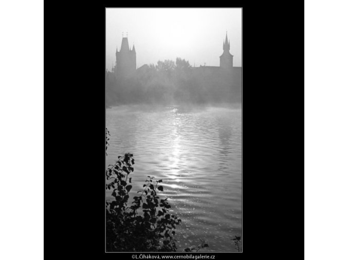Vltava v časném ránu (1314-1), Praha 1961 září, černobílý obraz, stará fotografie, prodej