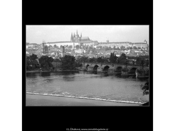Pohled na Karlův most a Hradčany (1315-6), Praha 1961 léto, černobílý obraz, stará fotografie, prodej