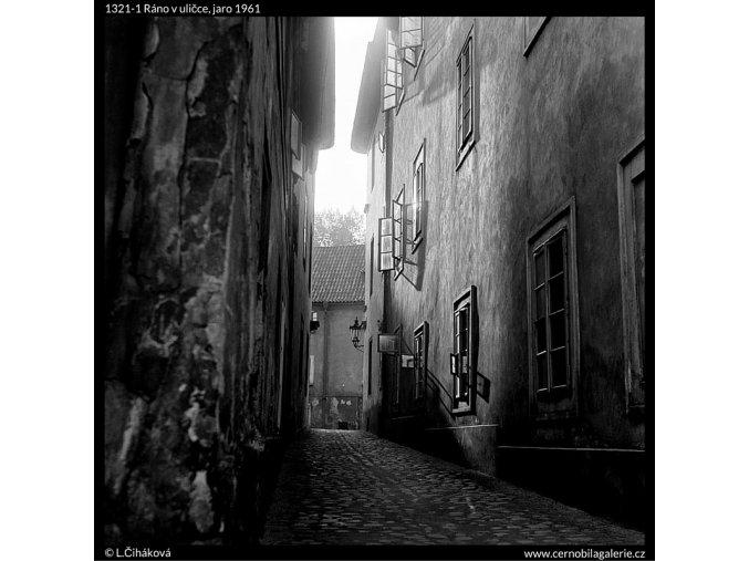 Ráno v uličce (1321-1), Praha 1961 jaro, černobílý obraz, stará fotografie, prodej