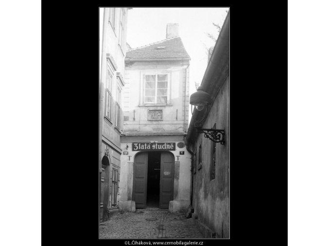 Vstup do Zlaté studně (4193), Praha 1965 prosinec, černobílý obraz, stará fotografie, prodej