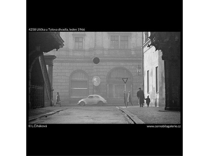 Ulička u Tylova divadla (4258), Praha 1966 leden, černobílý obraz, stará fotografie, prodej