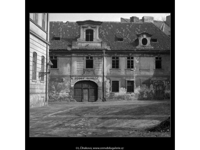Starý prázdný dům (2094-5), Praha 1963 červen, černobílý obraz, stará fotografie, prodej