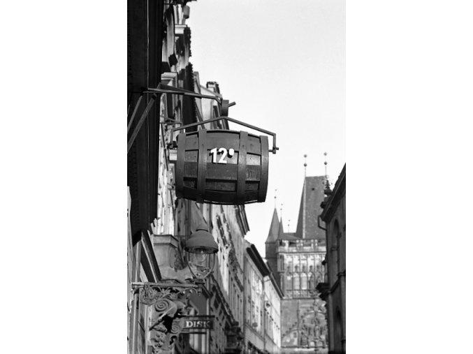 Vývěsní štít vinárny-pivnice (4630-1), Praha 1966 červenec, černobílý obraz, stará fotografie, prodej