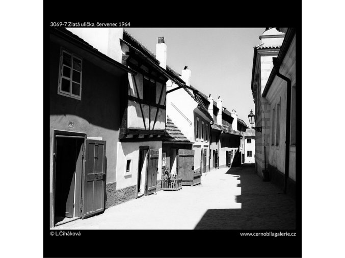 Zlatá ulička (3069-7), Praha 1964 červenec, černobílý obraz, stará fotografie, prodej