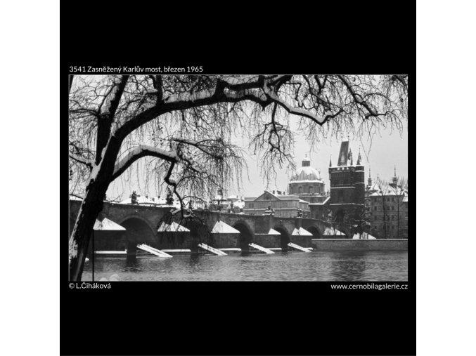 Zasněžený Karlův most (3541), Praha 1965 březen, černobílý obraz, stará fotografie, prodej