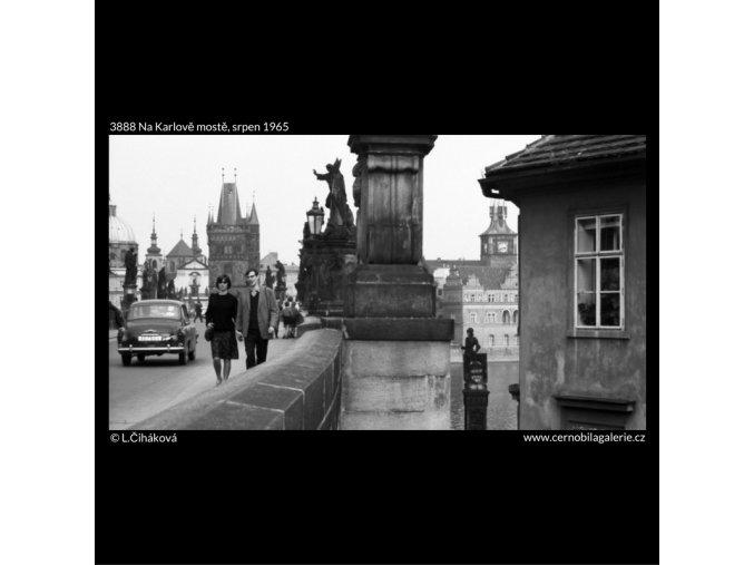 Na Karlově mostě (3888), Praha 1965 srpen, černobílý obraz, stará fotografie, prodej