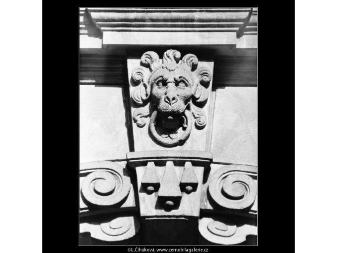 Maskaron na průčelí (5496-1), Praha 1967 srpen, černobílý obraz, stará fotografie, prodej