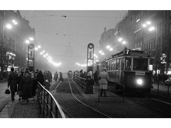 Tramvajová zastávka (414-2), žánry - Praha 1959 prosinec, černobílý obraz, stará fotografie, prodej