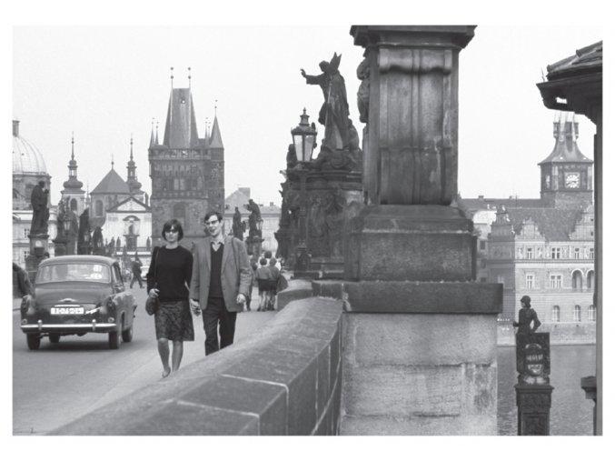 100170 I Pohlednice - Turisté na Karlově mostě, Praha 1965