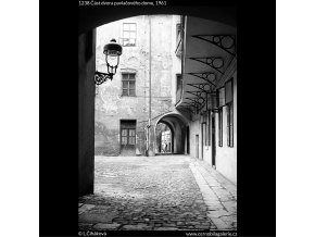 Část dvora pavlačového domu (1238), žánry - Praha 1961 , černobílý obraz, stará fotografie, prodej