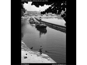 Remorkér s vlečným člunem (1354-1), žánry - Praha 1961 jaro, černobílý obraz, stará fotografie, prodej