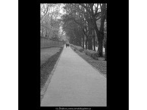 Dvojice na cestě (5246), žánry - Praha 1967 duben, černobílý obraz, stará fotografie, prodej