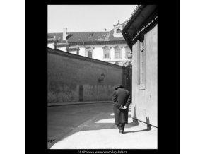 Sehnutý stařec (5281), žánry - Praha 1967 duben, černobílý obraz, stará fotografie, prodej