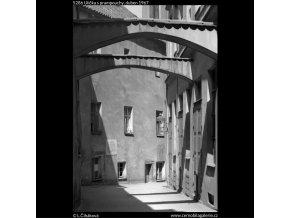 Ulička s prampouchy (5286), Praha 1967 duben, černobílý obraz, stará fotografie, prodej