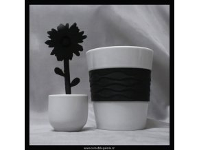 10411 hrnek cerna kvetina