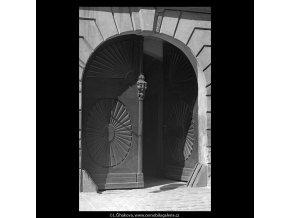 Dřevořezba na dveřích (5285-1), Praha 1967 duben, černobílý obraz, stará fotografie, prodej