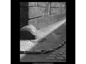 Pražské patníky (5271), Praha 1967 duben, černobílý obraz, stará fotografie, prodej
