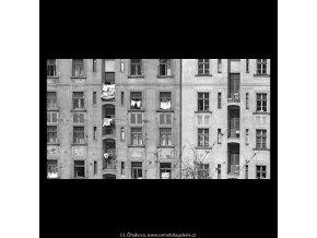 Okna starých činžáků (5233), Praha 1967 duben, černobílý obraz, stará fotografie, prodej