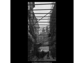 Železná ulice v lešení (5208), Praha 1967 březen, černobílý obraz, stará fotografie, prodej