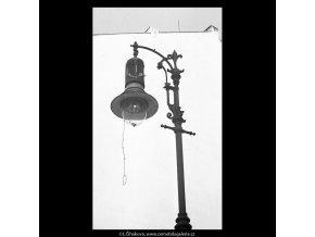 Stará lampa (5240), Praha 1967 duben, černobílý obraz, stará fotografie, prodej