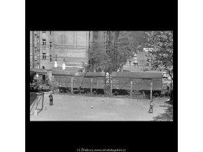 Kluci na hřišti (5257), žánry - Praha 1967 duben, černobílý obraz, stará fotografie, prodej