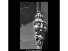 Dřevořezba na dveřích (5285-2), Praha 1967 duben, černobílý obraz, stará fotografie, prodej