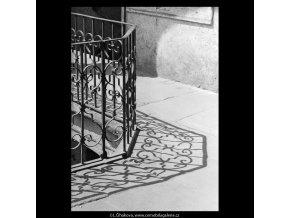 Zábradlí a jeho stín (5354), Praha 1967 červen, černobílý obraz, stará fotografie, prodej