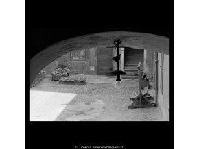 Dvorek (5355), Praha 1967 červen, černobílý obraz, stará fotografie, prodej