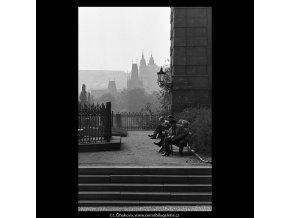 Na Křižovnickém náměstí (5340), Praha 1967 květen, černobílý obraz, stará fotografie, prodej