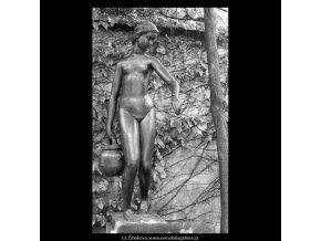Děvče se džbánem (5393-4), Praha 1967 červen, černobílý obraz, stará fotografie, prodej