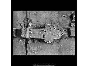 Starý a nový zámek na dveřích (5357-2), Praha 1967 červen, černobílý obraz, stará fotografie, prodej