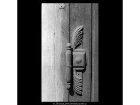 Kování na starých dveřích (5363), Praha 1967 červen, černobílý obraz, stará fotografie, prodej