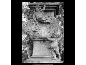 Sousoší Karlova mostu (5447-2), Praha 1967 srpen, černobílý obraz, stará fotografie, prodej