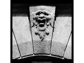 Maskaron na domě U zlaté konve (5412), Praha 1967 červenec, černobílý obraz, stará fotografie, prodej